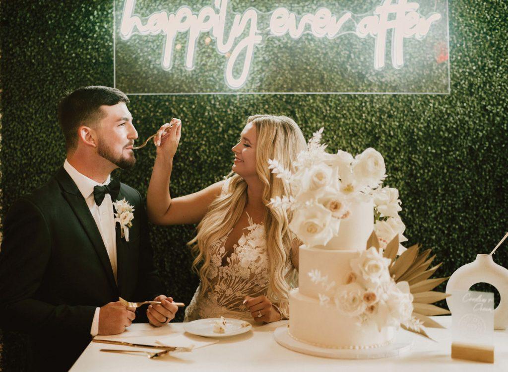 Contessa et Ethan ont partagé leur première danse en tant que mari et femme sur «Perfect» d'Ed Sheeran. Les invités étaient assis à des tables portant le nom des îles locales préférées du couple, telles que Keewaydin.