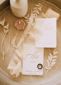 Les anneaux de mariage du couple.