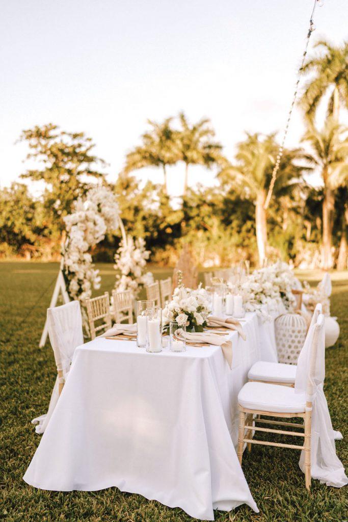 Contessa a adopté une palette de couleurs neutres et très organiques pour le décor de la réception. Signature Florals a réuni tous les bouquets et arrangements floraux, qui comprenaient des orchidées, des palmiers séchés, des ruscus séchés, de l'herbe de pampa et des roses de jardin blanches qui ont été ouvertes à la main pour créer un effet large et romantique.
