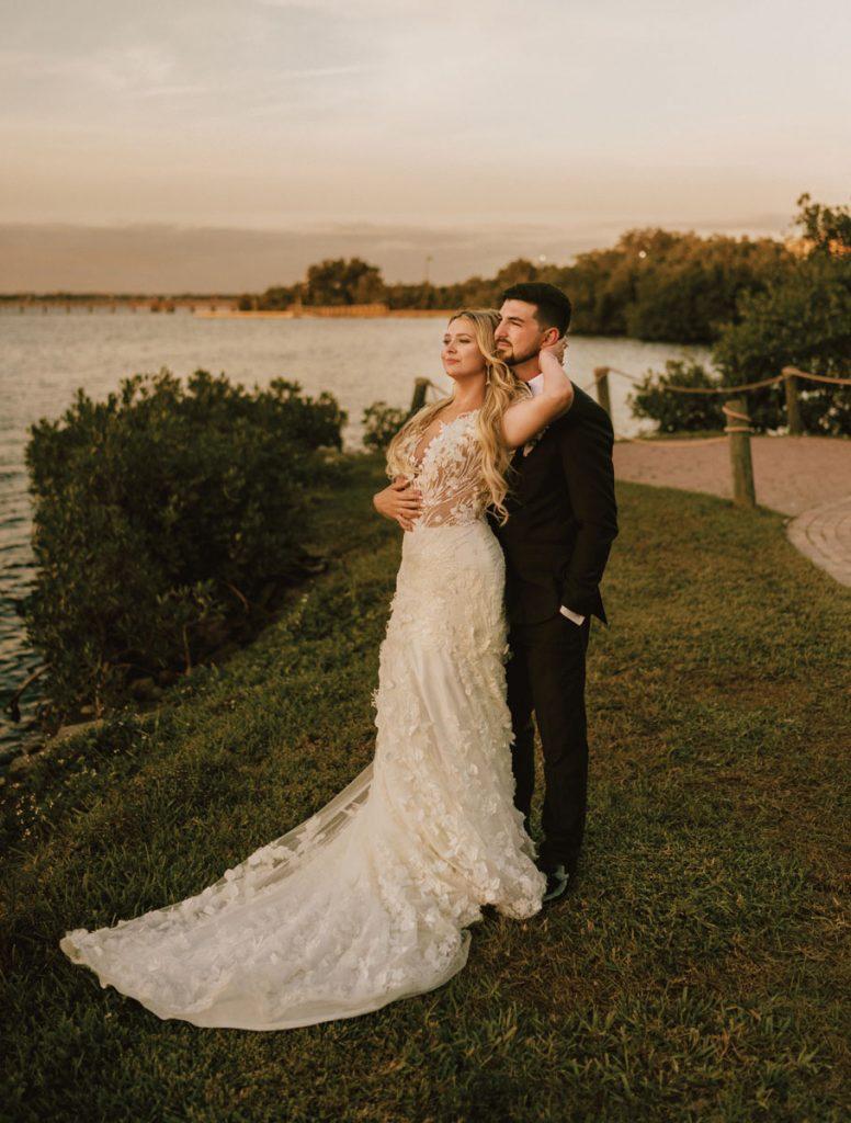 Les habitants de Naples, Contessa et Ethan Williams, ont choisi l'orchidée blanche de l'Oasis à Fort Myers pour leur cérémonie de mariage et leur réception, citant la vue sur l'eau de l'emplacement comme un tirage au sort.